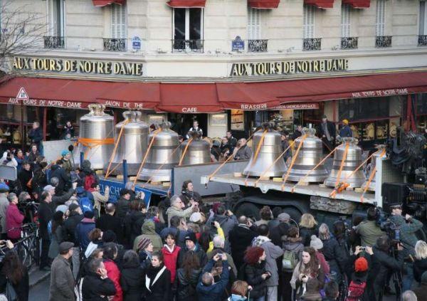 Các chuông đồng mới được chở về nhà thờ Đức Bà Paris - Nguồn: ảnh của báo Pháp
