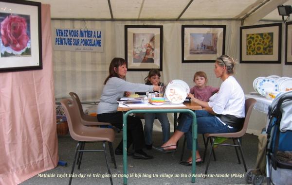 Peinture sur porcelaine avec Mathilde Tuyet Tran à Neufvy-sur-Aronde, fête Un village un feu des Pays des sources