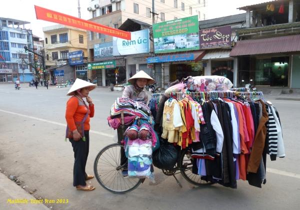 Magasin de vêtement pour femme sur un vélo à Hà Giang - Photo Mathilde Tuyet Tran