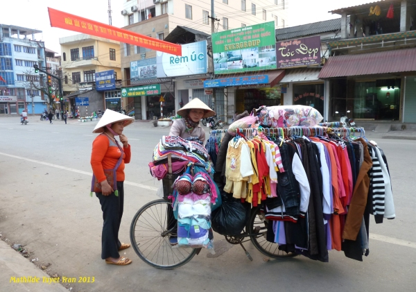 Cửa hàng quần áo phụ nữ trên xe đạp hai bánh tại thành phố Hà Giang - Photo Mathilde Tuyet Tran