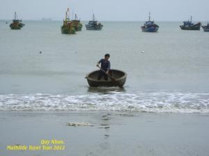 """Un bateau """"panier rond"""" à Quy Nhon - Photo Mathilde Tuyet Tran 2012"""