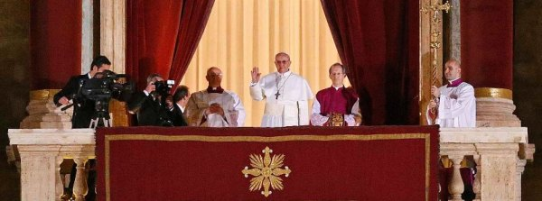 Newly elected Pope Francis Cardinal Jorge Mario Bergoglio of Argentina appears on the balcony of St. Peter's Basilica at the Vatican - Nguồn: ảnh của Reuters/Stefano Rellandini