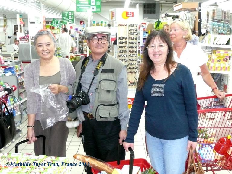 Từ trái sang phải: bà Trần Tố Nga, nhà thơ Nguyễn Duy và Mathilde Tuyết Trần đang đi chợ ở Thonac - Pháp (bản quyền hình: Mathilde Tuyet Tran)