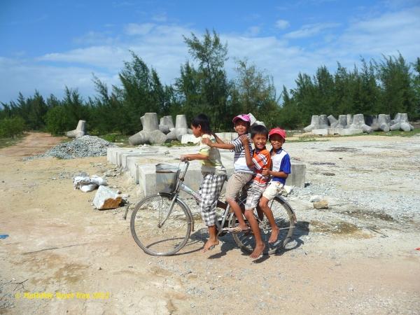 """Photo du livre """"Viet Nam du Nord au Sud - De Lung Cu à Dat Mui"""", récit de voyage de Mathilde Tuyet Tran, ISBN 978-2-9536096-5-3"""
