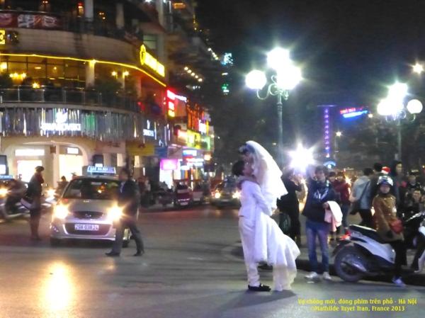 On fait du cinéma au rondpoint de Ho Guom, Hanoi ! Pourquoi pas ? Photo: MTT2013