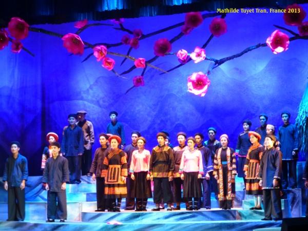 Màn hát cải lương tập thể trên sân khấu cải lương miền Bắc. Photo: MTT, Hà Nội 2013