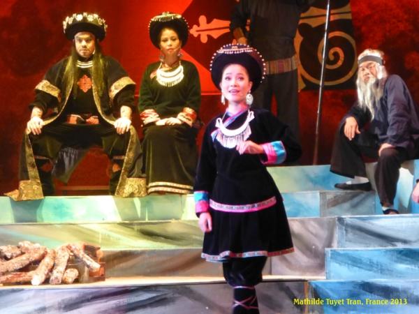 Cô đào thương, xinh đẹp, trang phục sân khấu đẹp. Photo: MTT Hà Nội 2013