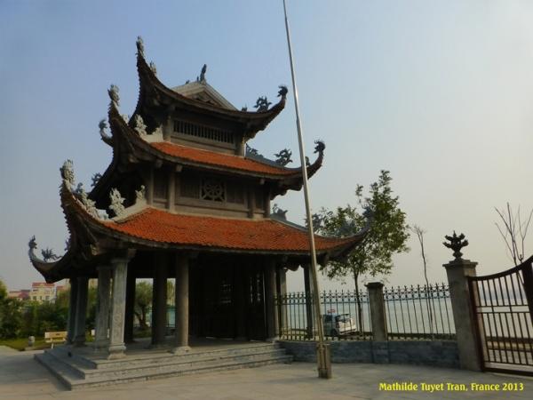 Cổng chùa Tảo Sách ven Hồ Tây, Hà Nội. Photo: MTT Hà Nội 2013