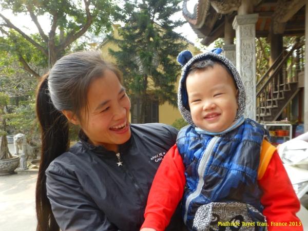 Mẹ và con. Photo: MTT, Hà Nội 2013