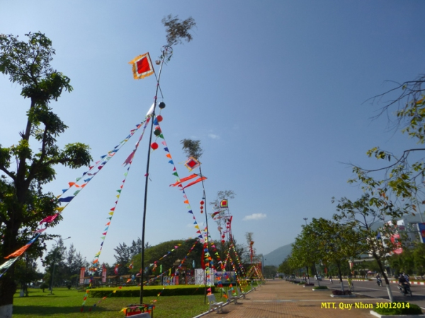 Những cây nêu cổ truyền được dựng lên, khánh trên nêu kêu leng keng vui tai - Photo: MTT 2014