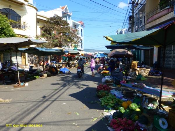 Đường vào chợ Tết. Trái cây rất được ưa chuộng, mua mau bán đắt. Photo:  MTT 2014