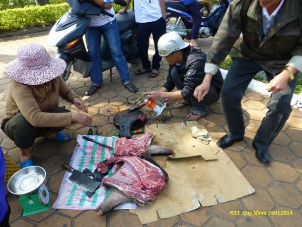 On vend même du sanglier sur le trottoir à la fête du Tết - Photo MTT 2014