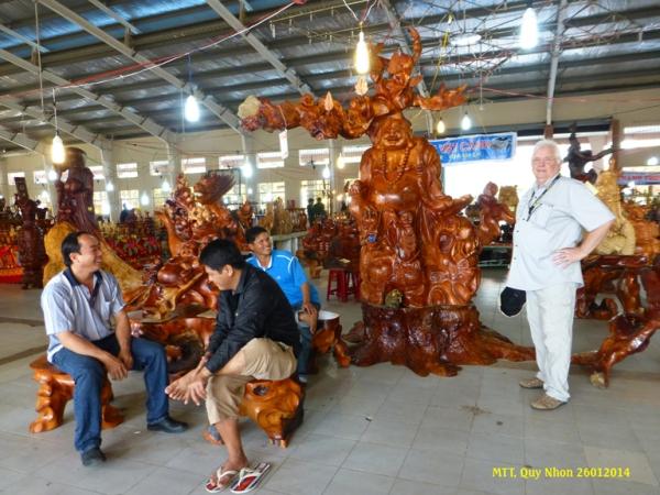"""Exposition des """"produits"""" artisaneaux en bois précieux à la fête du Tết"""