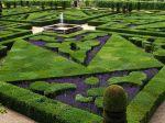 1024px-French_Formal_Garden_in_Loire_Valley
