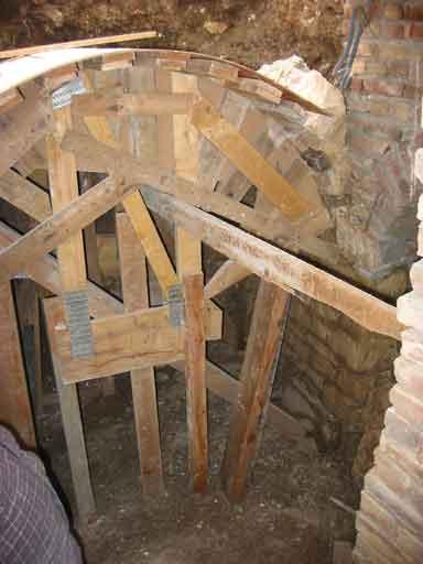 Làm khuôn gỗ để xây dựng lại nóc vòm bị hư hại hoàn toàn