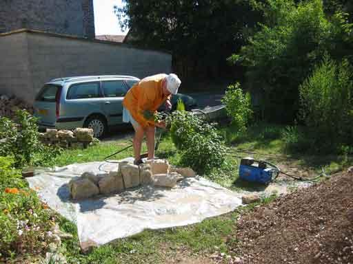 Rửa từng viên đá nóc vòm đã bị rơi xuống