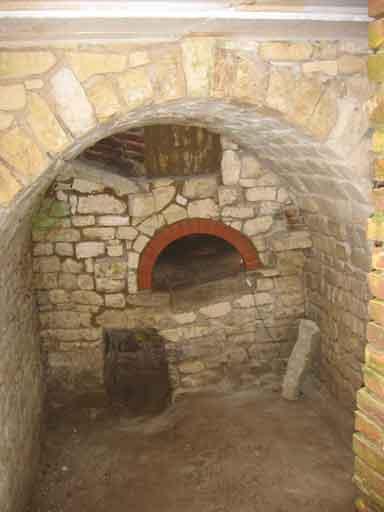 Và đây, cái lò bánh mì, vòm ngoài có nóc che đã được xây lại y nguyên như cũ